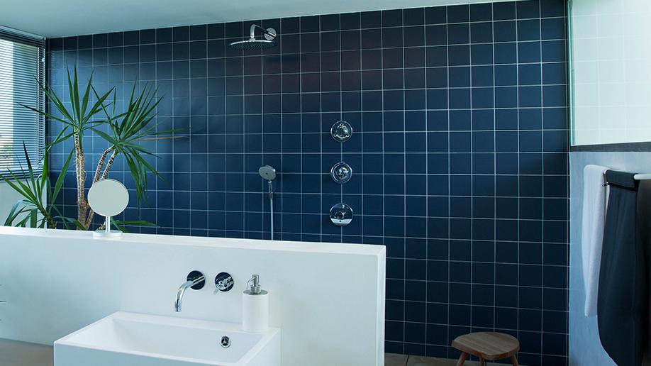 5 pasos para pintar azulejos de baño con éxito